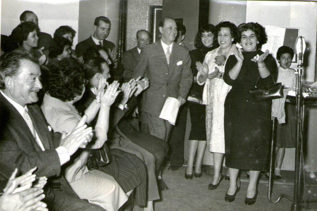 Luis Sandrini ingresando al Estudio B de Radio El Mundo, rodeado por el público, tras ser presentado.Actúa Varela Varelita. 1959. LR1