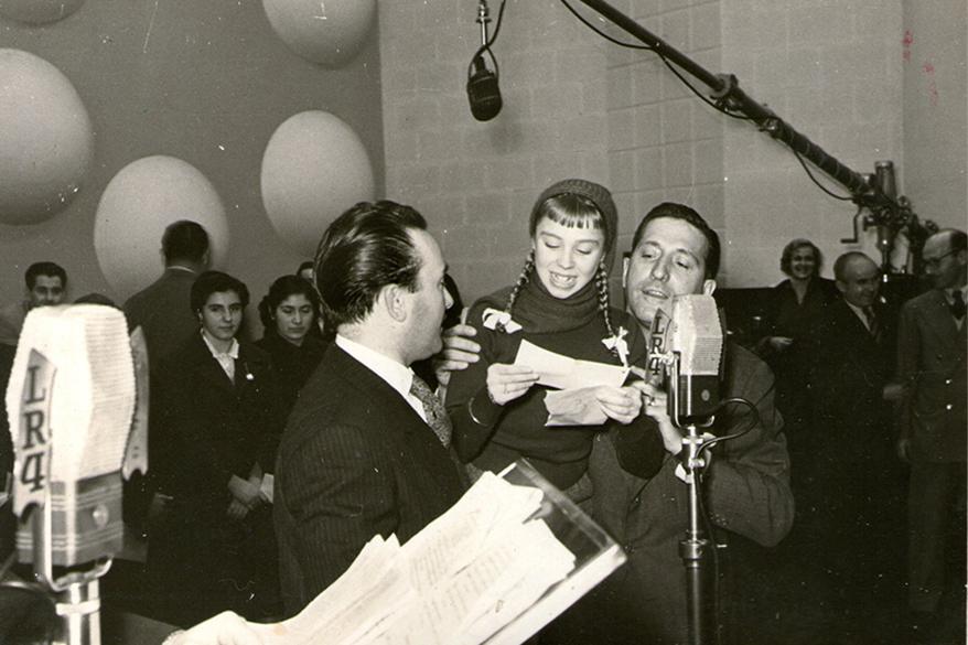 LR4 - Adrianita visita 'La Revista Dislocada' junto a Delfor y Juan Monti - 1956