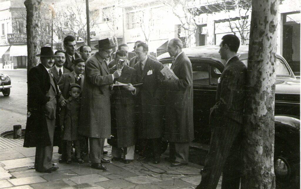 Luis Elías Sojit en una nota callejera para 'El Mundo del Deporte' y su Micrófono Viajero. LR2 - Dom. 9 hs.