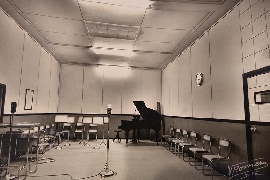 Estudios de LT9 Radio Santa Fé con su característico piano