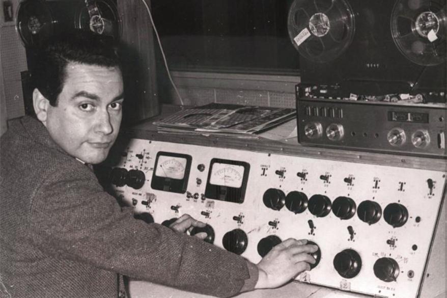 LS10 - Osvaldo Cuesta junto a la consola que construyó junto a Sanguinetti para Radio Libertad en Galería Guemes, Florida 165 - 1959