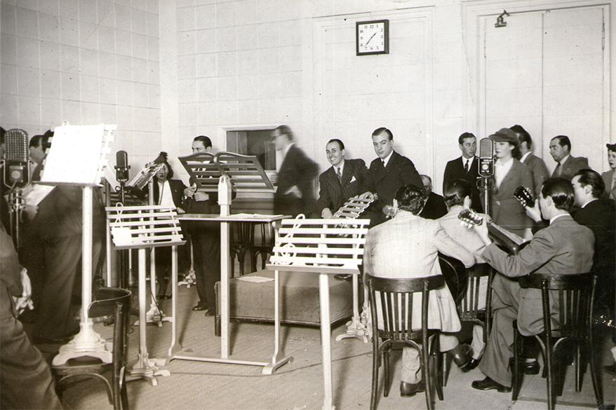 LS2 - Plano general del estudio de Radio Prieto durante el programa 'La pulpería del huracán' en el que actúan en recitados y payadas Hugo del Carril y Oscar Alonso. Dom 13 hs - 1940
