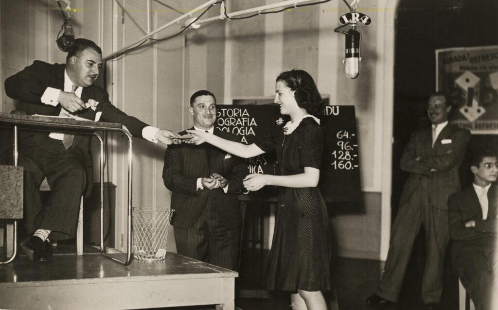 Ivan casadó entregando un premio a una concursante.