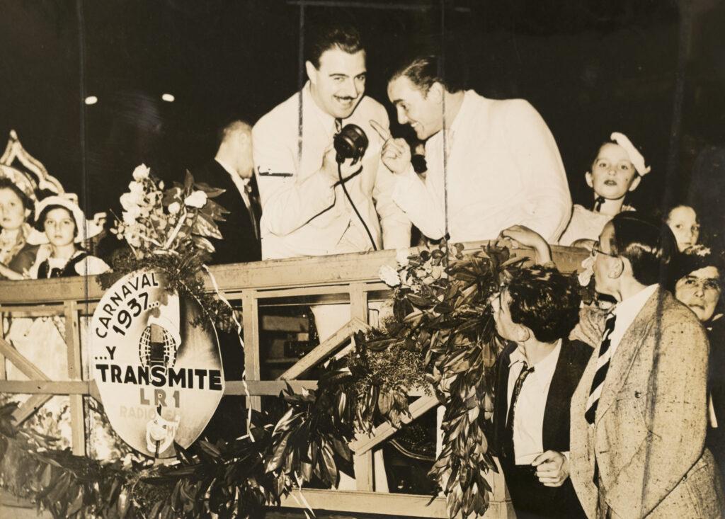 """Iván Casadó y """"el zorro"""", transmitiendo por radio el mundo desde el carnaval de 1937."""
