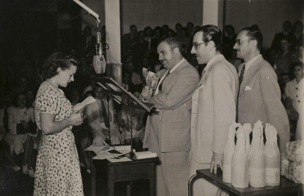 Iván Casadó y Pedro del Olmo, en un programa con entrega de premios. 1942.