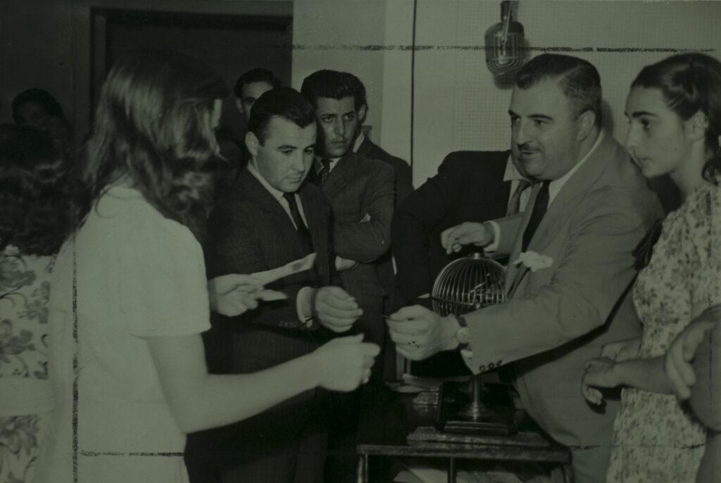 """Ivan Casadó, finalizada la audición de """"Ronda Muñoz"""" le entrega a una integrante del público el dinero que se sorteó de lo que quedó en la mesa de saldos."""