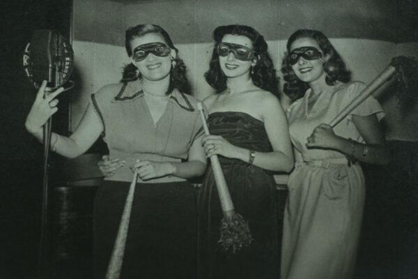 Estas tres chicas eran protagonistas de un concurso. Aparecían en diferentes bailes de carnaval, y si algun bailarin se encontraba con una de ellas llevando el prendedor de la radio, se hacía acreedor del premio.