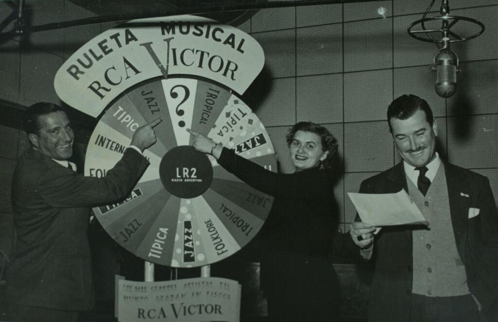 """Lana Warren , Juan Monti y Angel Marin, conducen """"ruleta musical"""", donde gran cantidad de público asiste y se sortean 50 discos por programa."""